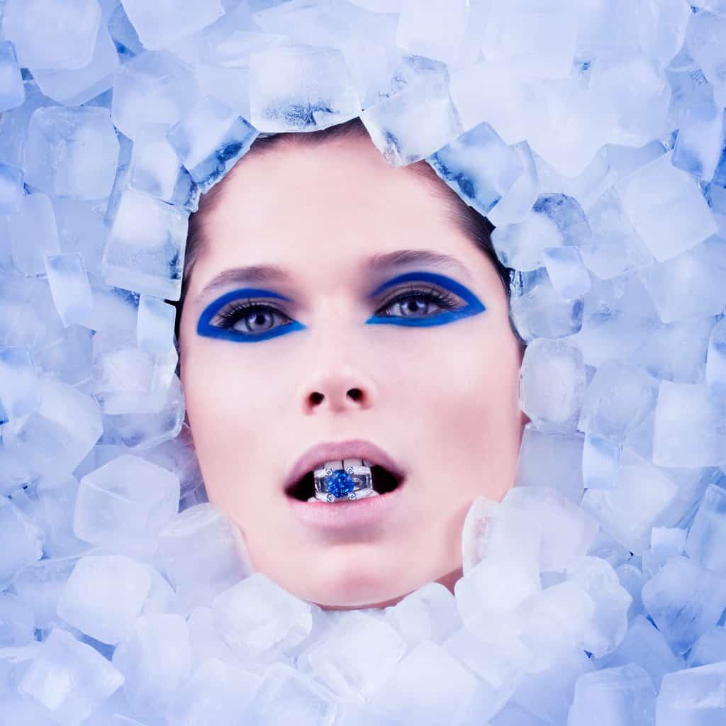 photo beauté modèle artistique dans les glaçons avec une bague en or et sapphire bleu ceylon