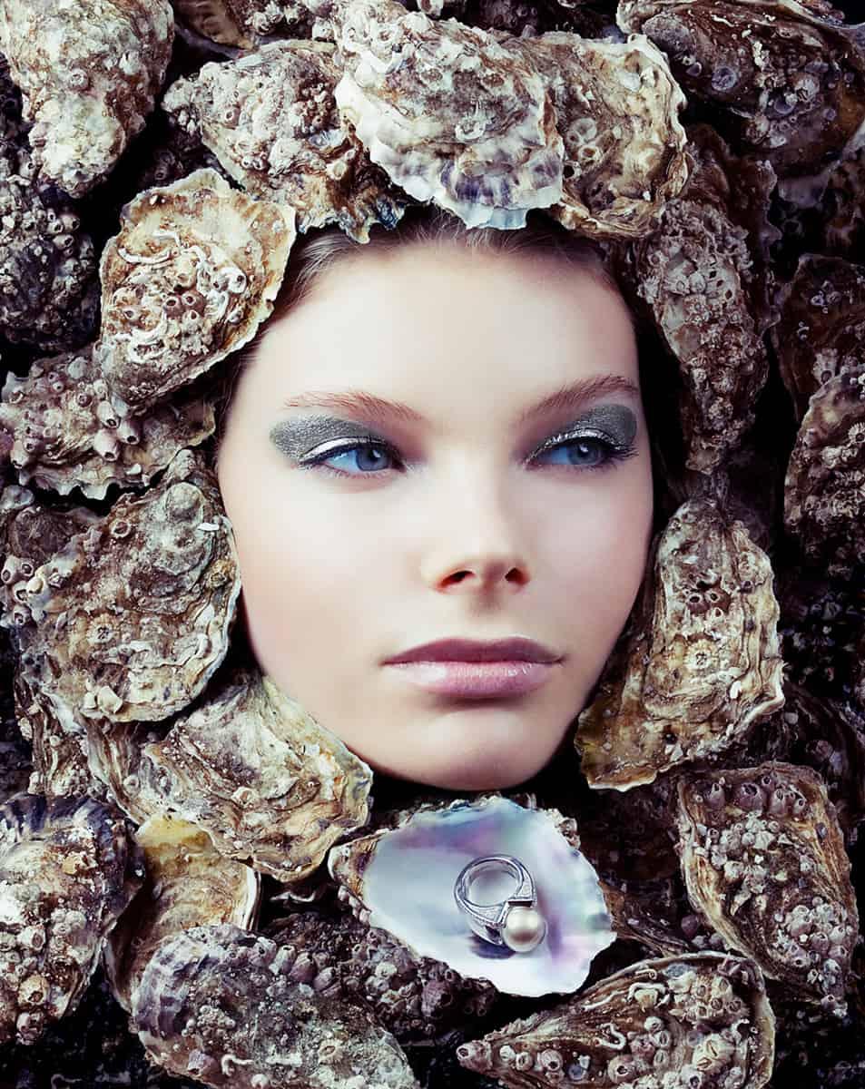portrait beauté joaillerie jeune fille dans les huitres bague or et perle de nacre