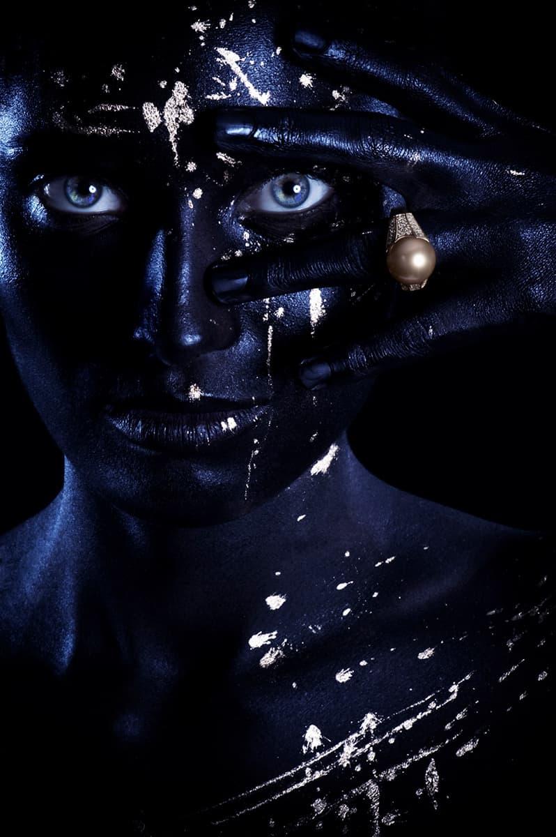 photographe beauté cosmétique artistique et joaillerie make up noir et doré Bague or et perle dorée
