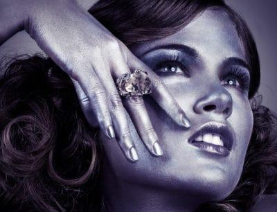 Photo beauté portrait joaillerie peau argentée bague or blanc et quartz