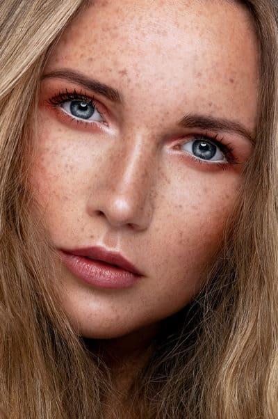 Portrait beauté cosmétique avec taches de rousseur