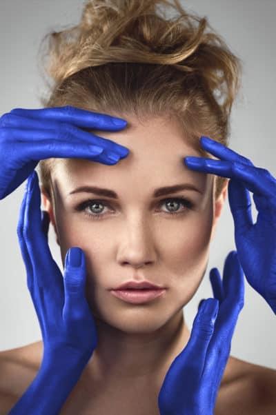 Portrait beauté artistique avec quatre mains bleus