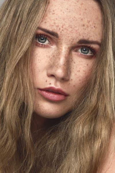 Portrait photographe beauté avec taches de rousseur