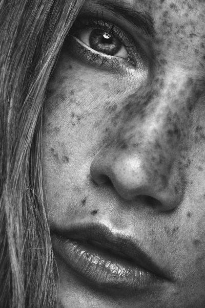 Portrait noir et blanc taches de rousseur